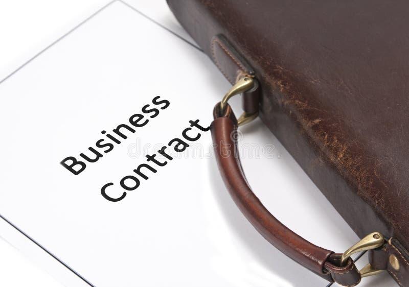 Contrat et sac d'affaires photographie stock