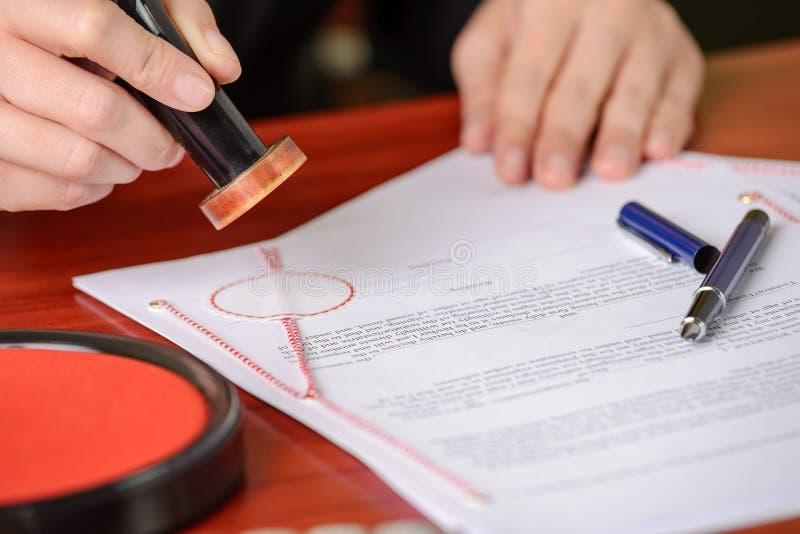 Contrat signé par timbres de notaire image libre de droits