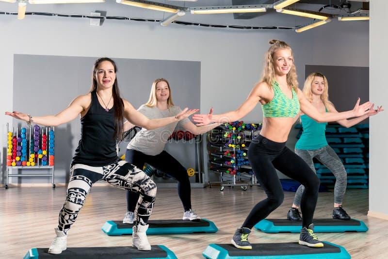 contratan a cuatro mujeres a aeróbicos en el gimnasio imágenes de archivo libres de regalías