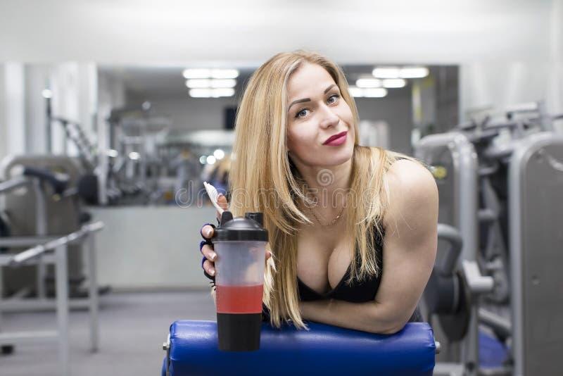 Contratan a la chica joven a aptitud del poder en el gimnasio fotos de archivo libres de regalías