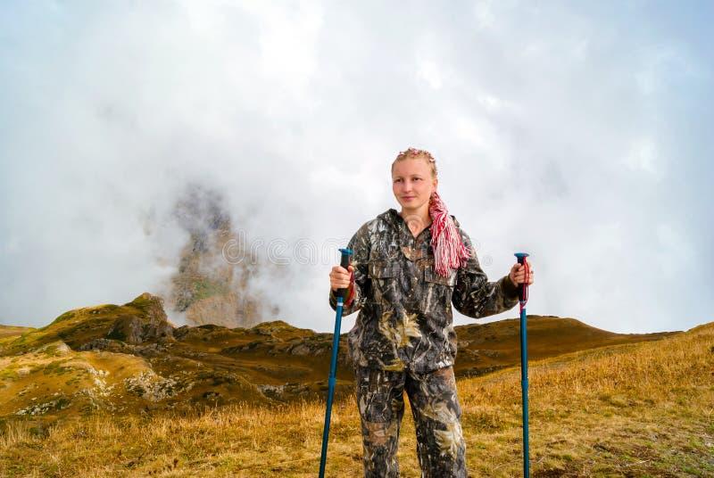 Contratan a la muchacha a emigrar en las montañas imagen de archivo
