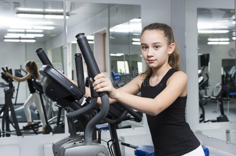 Contratan a la muchacha en deportes y gimnasia fotos de archivo libres de regalías
