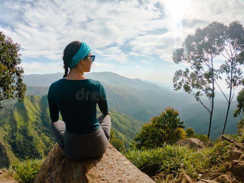 Contratan a la muchacha en el top a turista de la yoga fotos de archivo libres de regalías