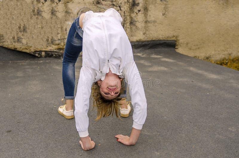 Contratan a la muchacha en gimnasia en la calle imagenes de archivo