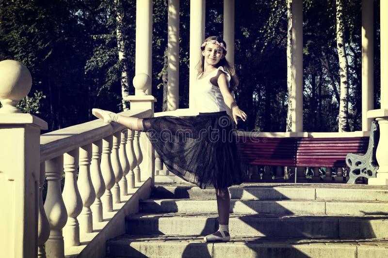 Contratan a la muchacha a un ballet fotos de archivo