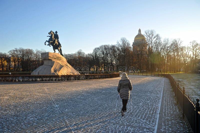 Contratan a la mujer a caminar nórdico imagenes de archivo