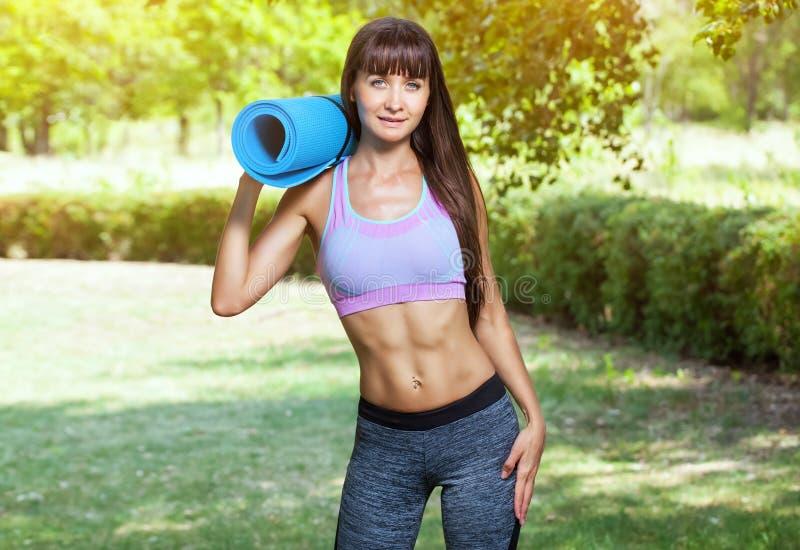 Contratan a la mujer hermosa de los deportes en gimnasia fotos de archivo libres de regalías