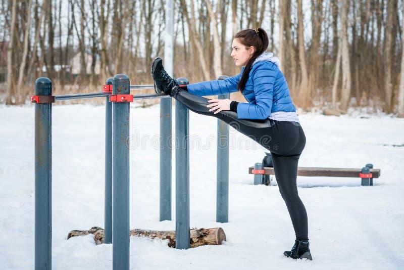 Contratan a una chica joven hermosa en estirar y gimnasia i imagen de archivo