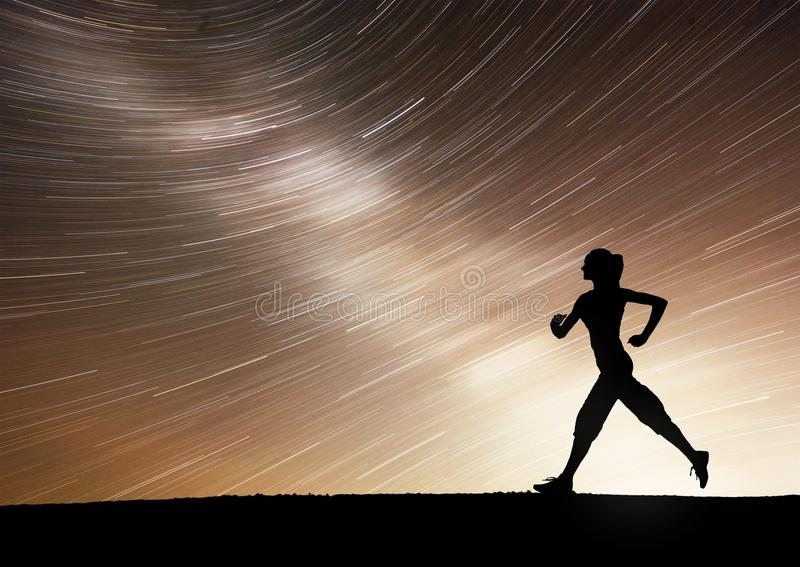 Contratan a una muchacha de los deportes en el amanecer a yoga Clases de la aptitud en el cielo estrellado foto de archivo libre de regalías