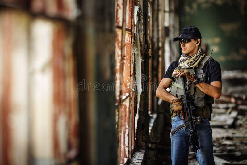 Contratante militar privado durante a operação especial imagem de stock