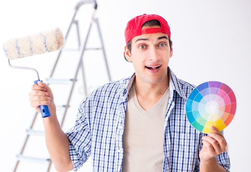 Contratante novo do pintor que escolhe cores para a renova??o home fotos de stock royalty free