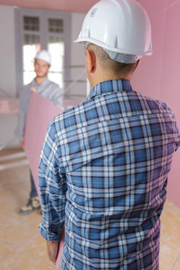 2 contratantes de construção que trabalham no local imagens de stock royalty free