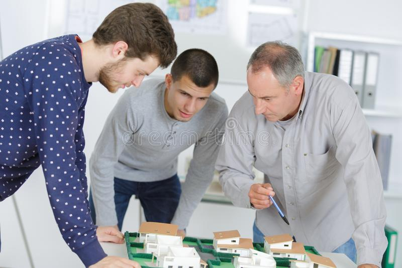 Contratantes masculinos que desenvolvem o plano da construção - conceito da escola de negócios fotos de stock
