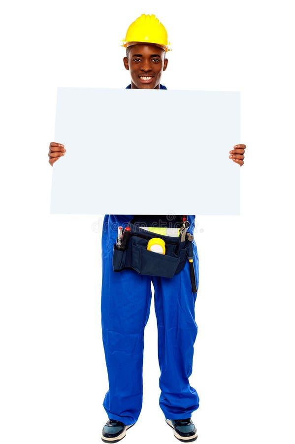 Contratista africano que muestra la cartelera en blanco foto de archivo