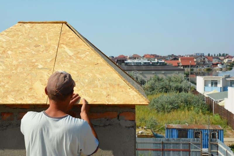 Contratista del Roofer que instala el tejado de la chimenea de la pila de humo del tejado de la casa foto de archivo