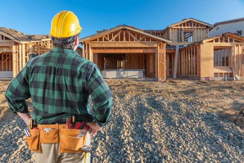 Contratista en Front New House Wood Framing en el emplazamiento de la obra fotografía de archivo libre de regalías