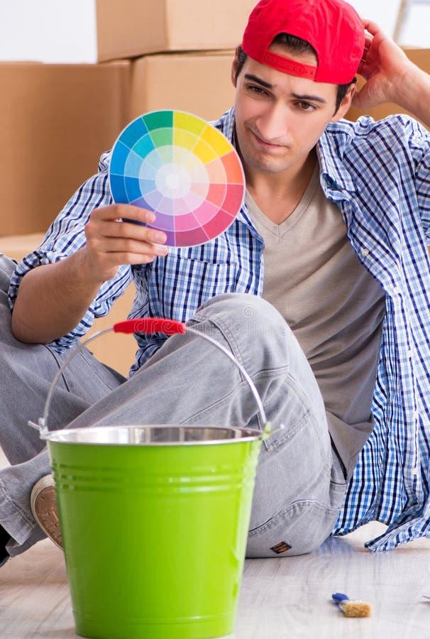 Contratista joven del pintor que elige los colores para la renovaci?n casera imagen de archivo libre de regalías