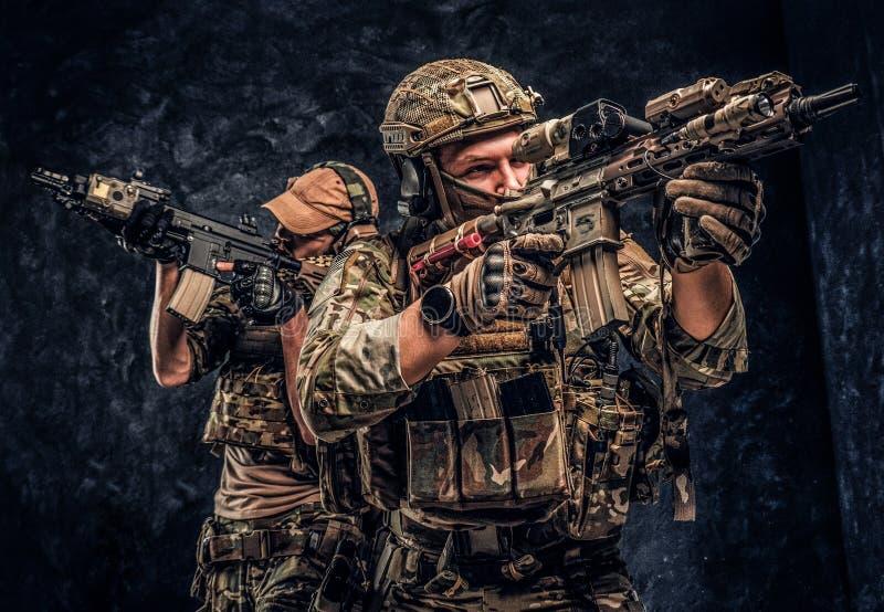 Contratistas privados del servicio de seguridad, la unidad especial de la ?lite, soldados protectores llenos que tienen como obje imagenes de archivo