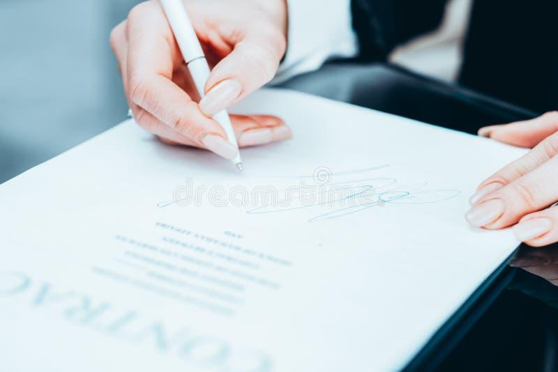 Contrato acertado de la mujer de negocios de la negociación fotos de archivo