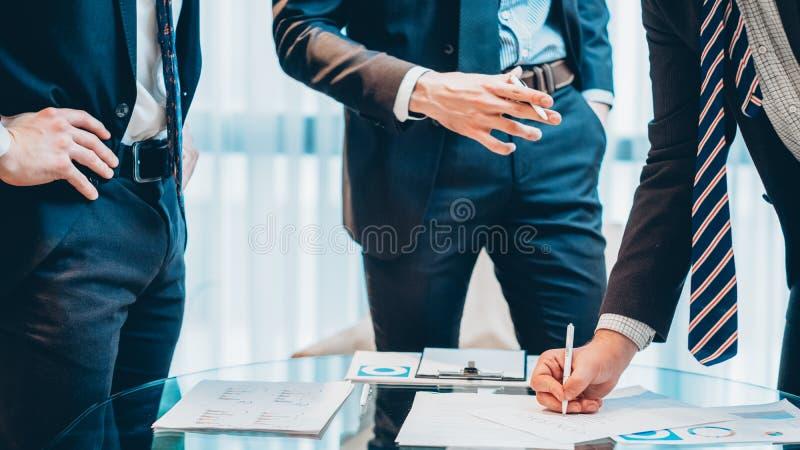 Contrato acertado del hombre de negocios del encuentro corporativo imagen de archivo libre de regalías