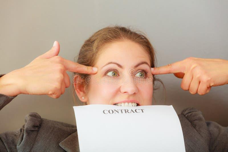 Contrato cortante forçado da mulher de negócio imagens de stock royalty free