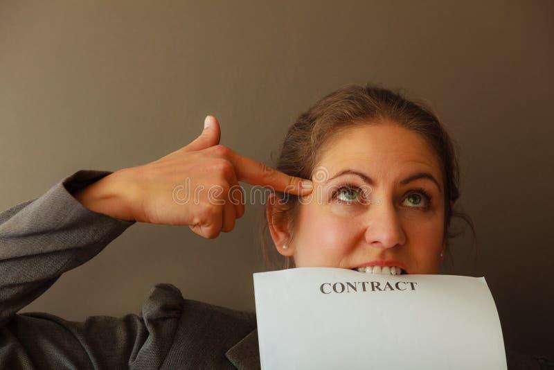Contrato cortante forçado da mulher de negócio foto de stock