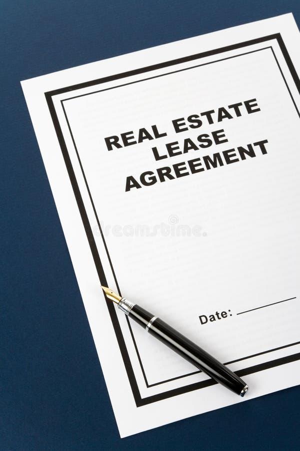 Contrato de aluguer dos bens imobiliários fotografia de stock