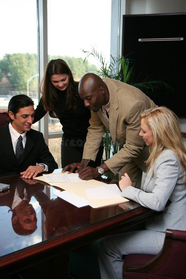 Contrato de assinatura da equipe do negócio fotografia de stock