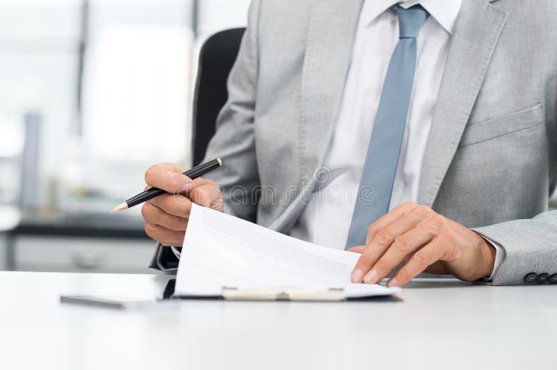 Contrato de assinatura do homem de negócios foto de stock