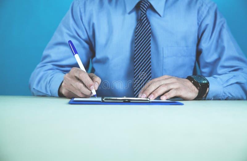 Contrato de assinatura do homem de negócios Conceito do negócio imagens de stock royalty free