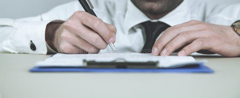 Contrato de assinatura do homem de negócios Conceito do negócio fotografia de stock royalty free