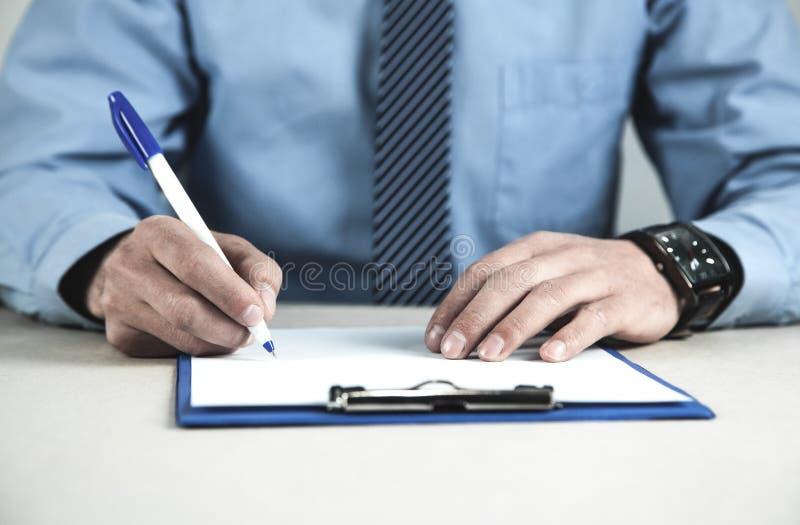 Contrato de assinatura do homem de negócios Conceito do negócio fotografia de stock