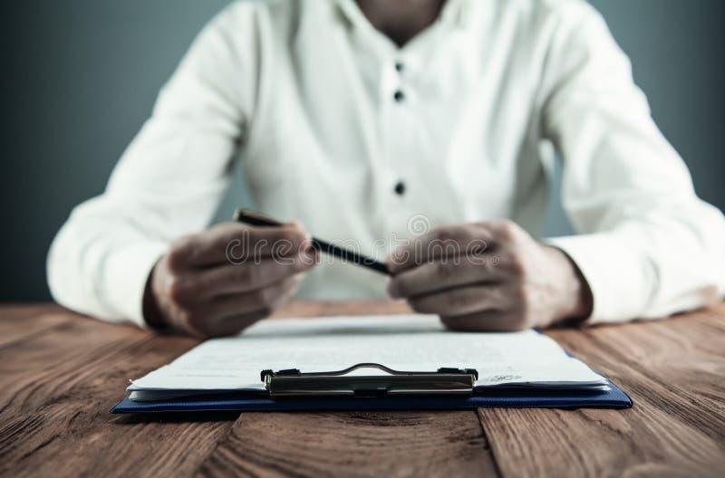 Contrato de assinatura do homem de negócios Fazendo o negócio Conceito do negócio imagem de stock