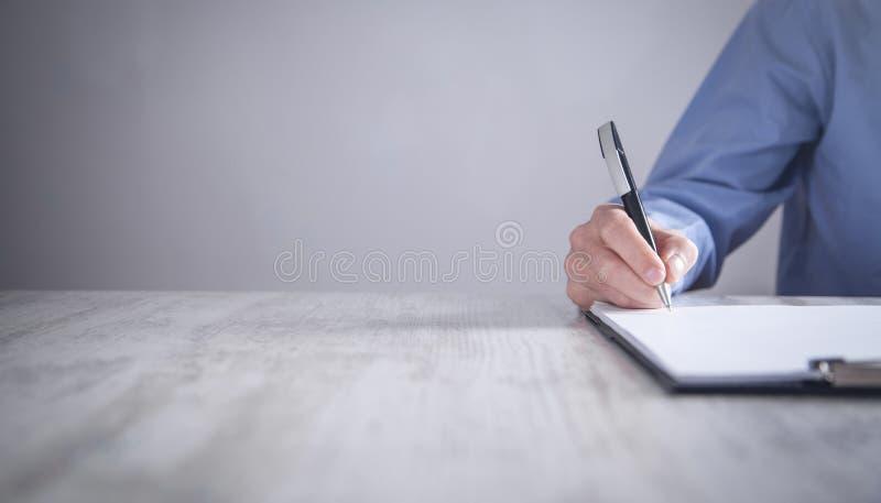 Contrato de assinatura do homem de neg?cios Fazendo o neg?cio Conceito do neg?cio fotos de stock