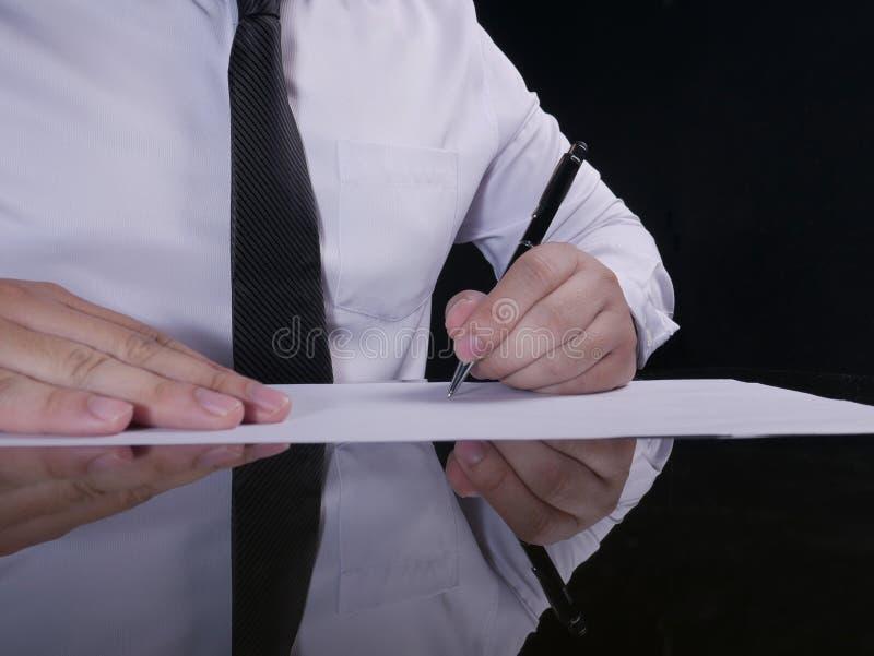 Contrato de assinatura do homem de neg?cios fotos de stock royalty free