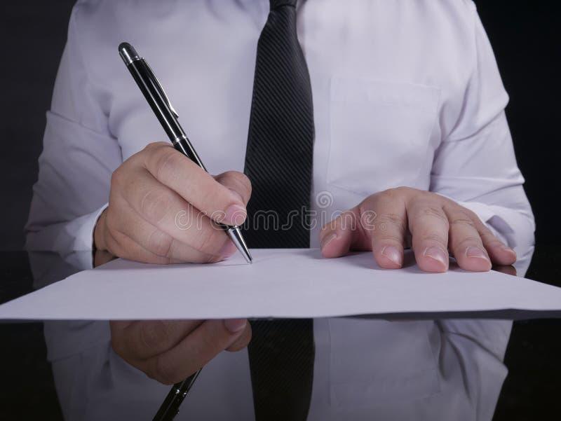 Contrato de assinatura do homem de neg?cios fotos de stock