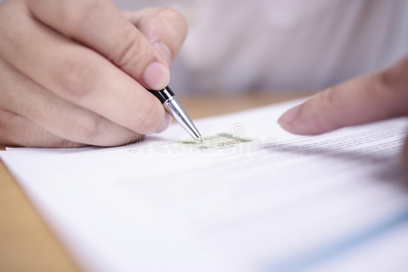 Contrato de assinatura do homem de neg?cios fotografia de stock