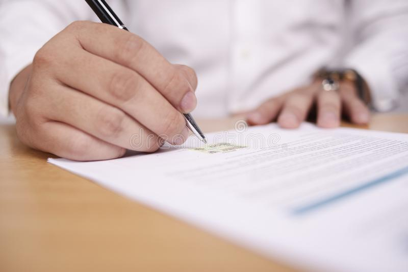 Contrato de assinatura do homem de neg?cios foto de stock