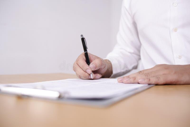 Contrato de assinatura do homem de neg?cios imagem de stock