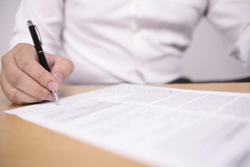 Contrato de assinatura do homem de neg?cios imagens de stock royalty free