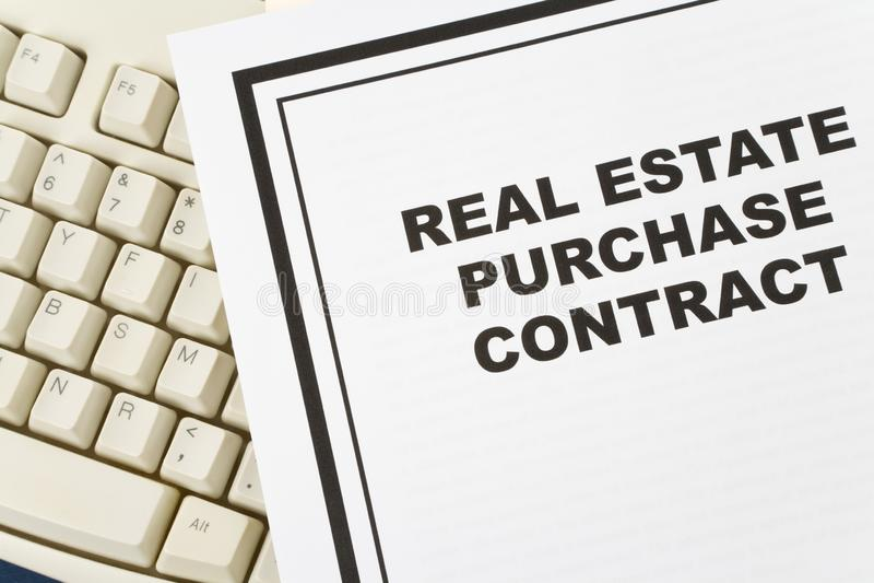 Contrato de compra de las propiedades inmobiliarias foto de archivo libre de regalías