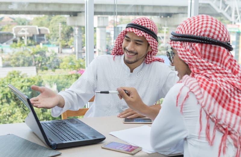 Contrato de fala do negócio do acordo do homem de negócios de dois Arabian foto de stock