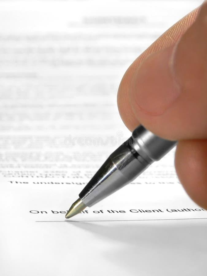 Contrato de firma fotografía de archivo libre de regalías
