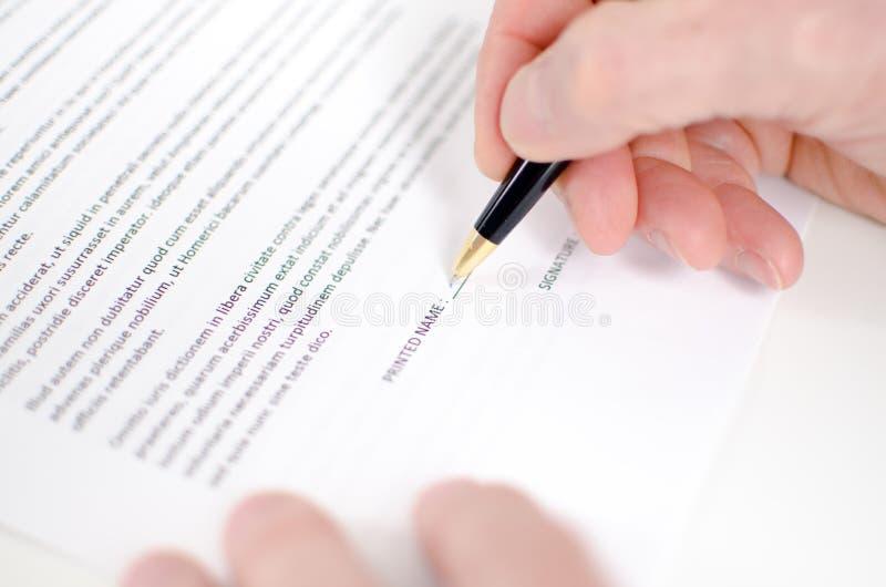 Contrato de firma de la mano imágenes de archivo libres de regalías