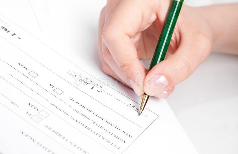 Contrato de firma de la mano femenina. fotos de archivo libres de regalías
