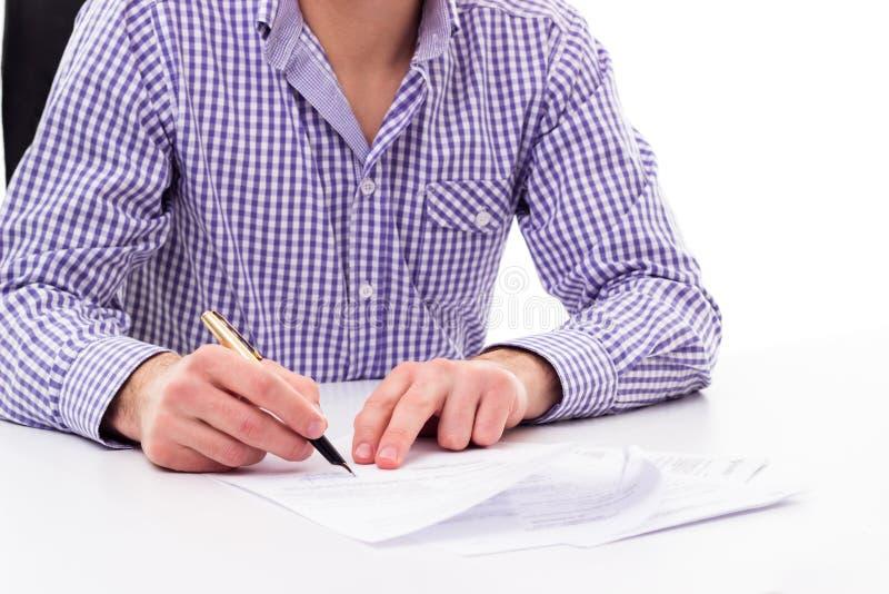 Contrato de firma del hombre de negocios imagenes de archivo