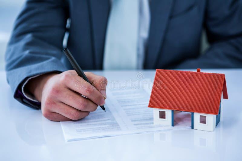 Contrato de firma del hombre de negocios para la nueva casa foto de archivo libre de regalías