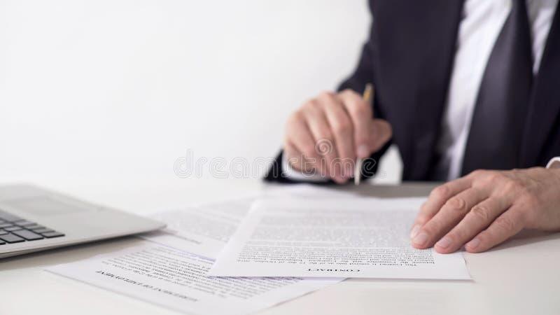 Contrato de la lectura del presidente de la compañía, acuerdo de cooperación importante de firma fotos de archivo
