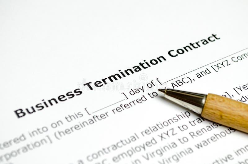 Contrato de la terminación del negocio con la pluma de madera fotos de archivo libres de regalías