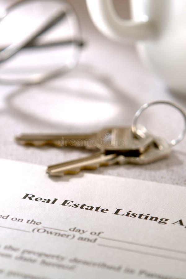 Contrato de listado de las propiedades inmobiliarias imágenes de archivo libres de regalías